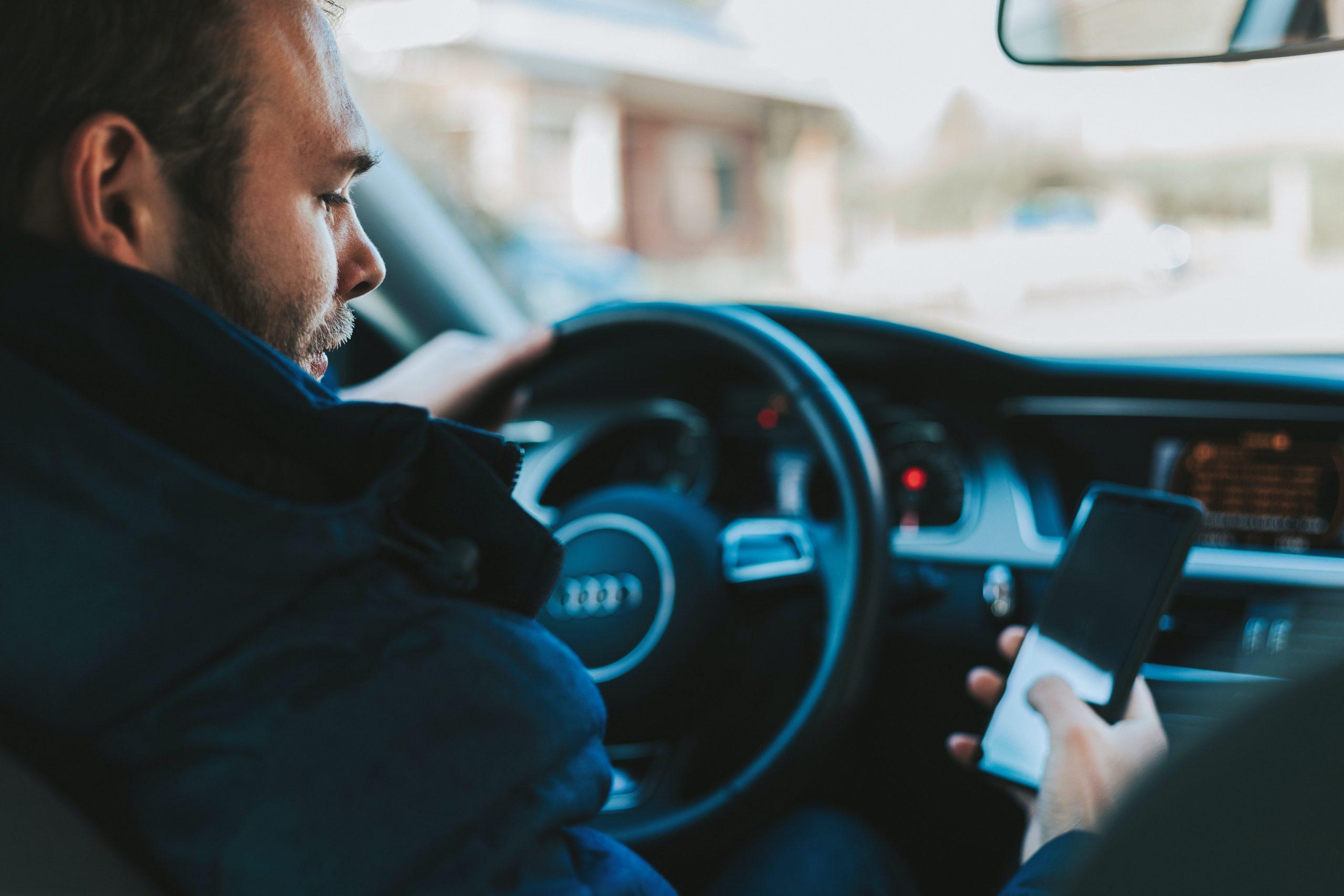 Que risquez-vous en utilisant votre smartphone au volant de votre voiture ?